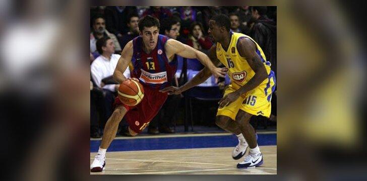 """Milošas Vujaničius (""""Barcelona"""") veržiasi pro Willą Solomoną (""""Maccabi"""")"""