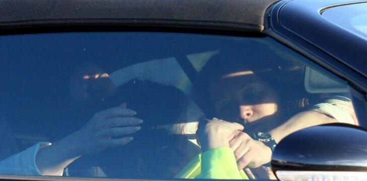 Cher užklupta nepatogioje situacijoje