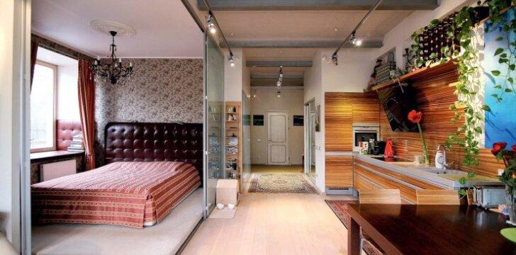 Kai norisi privatumo, miegamąjį galima atskirti slankiosiomis pertvaromis