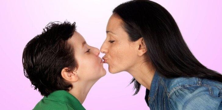 Įspėja tėvus: liaukitės bučiuoti vaikus į lūpas