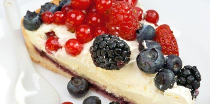 Vasariškas varškės ir uogų pyragas