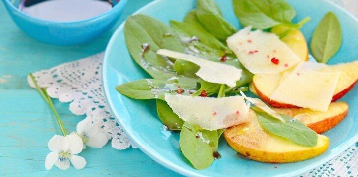Gaivios salotos su obuoliais ir Džiugo sūriu