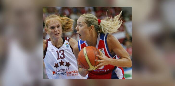 Ilona Korstin (Rusija, dešinėje) veržiasi pro  Ievą Tarę (Latvija)