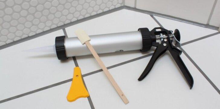 Tarpų tarp vonios plytelių dengimas silikonu