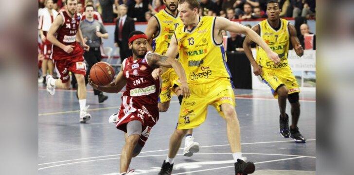 """Saulius Dumbliauskas (""""Vikings"""") stabdo Thomasą Jacksoną (""""Uppsala Baskets"""")"""