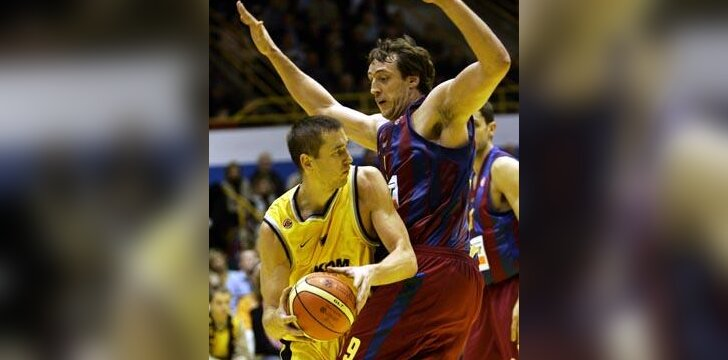 """Tomas Masiulis (""""Prokom Trefl"""") kovoja su Denisu Marconato (""""FC Barcelona"""")"""