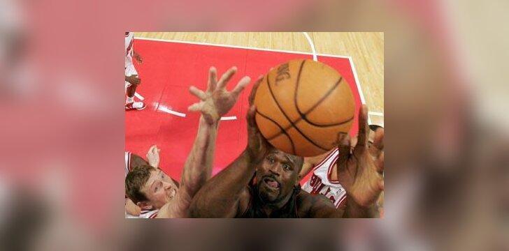 "Darius Songaila (""Bulls"") bando sustabdyti Shaquille'ą O'Nealą (""Heat"")"