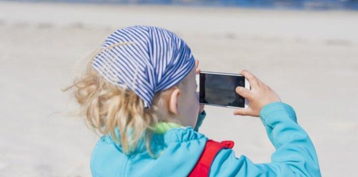 2 metų mažylė fotografuoja asmenukes ir talpina jas internete