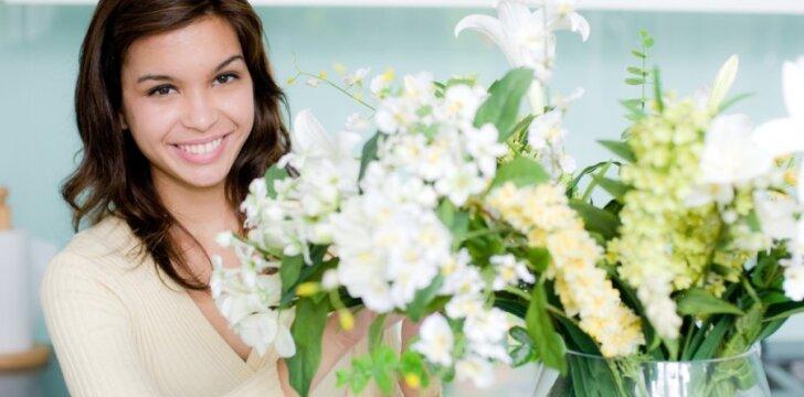 Viena svarbiausių taisyklių, kad gėlės džiugintų ilgiau - po vandeniu negali būti jų lapų.