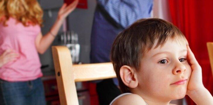 Vaikas dažnai būna suaugusiųjų santykių įkaitu ir dėl to kenčia.