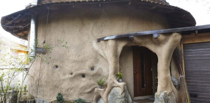 Savadarbiame name iš šiaudų ir molio net žiemą - trumpomis rankovėmis