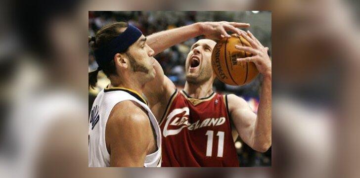 """Scottas Pollardas (""""Pacers"""") stabdo Žydrūną Ilgauską (""""Cavaliers"""")"""