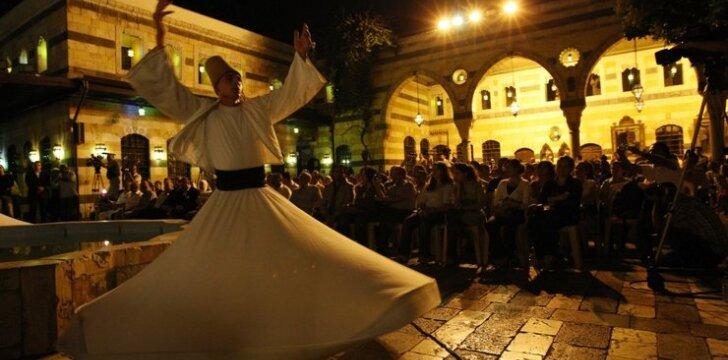 """Alepo kultūros paveldo ansamblio šokėjas Sirijos """"Nights of Spiritual Music"""" festivalyje"""