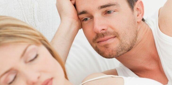 Nors mylimosios glėbyje vyras neišsimiega, vis tiek renkasi naktis su ja, o ne veinatvėje.