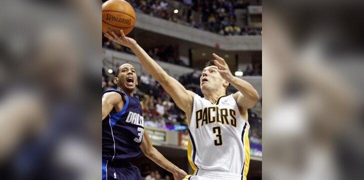 """Šarūnas Jasikevičius (""""Pacers"""") veržiasi pro Deviną Harrisą (""""Mavericks"""")"""