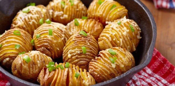 """Bulvių """"armonikėlės"""" su sūriu"""