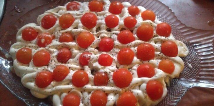 Silkė su majonezu ir pomidoriukais