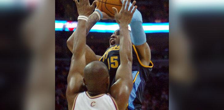 """Carmelo Anthony (""""Nuggets"""") atakuoja per Ericą Snow (""""Cavaliers"""")"""