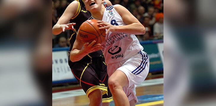 Su kamuoliu veržiasi Sandra Valužytė