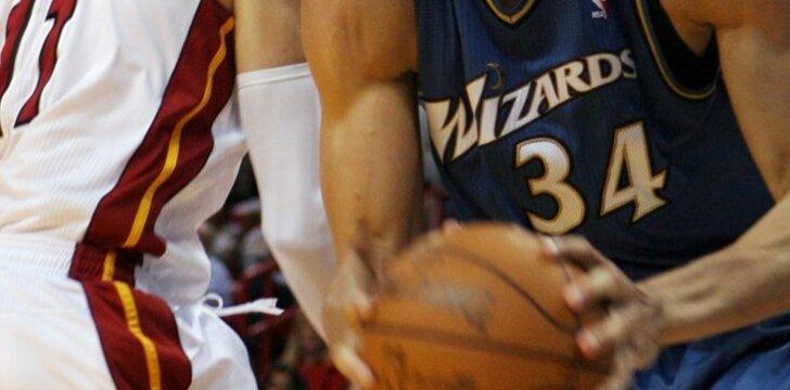 """Žydrūnas Ilgauskas (""""Heats"""") ir JaVale McGee (""""Wizards"""")"""