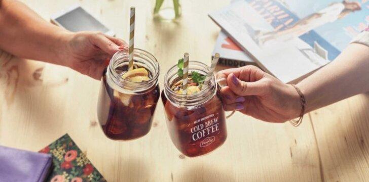 Vasarą energinius gėrimus keičia šaltai brandinta kava