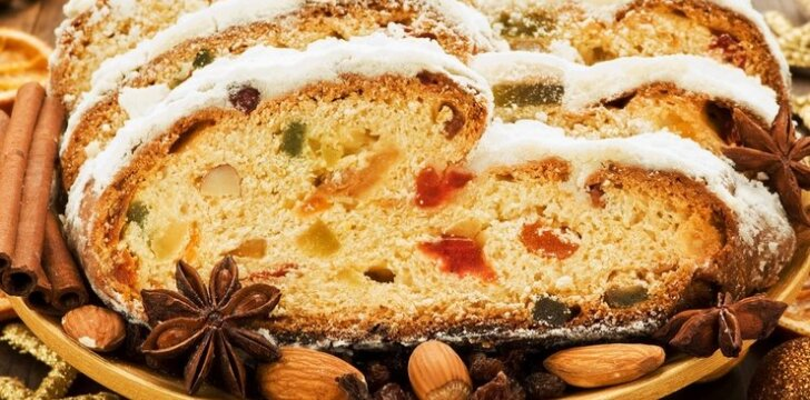 Margas džiovintų vaisių pyragas