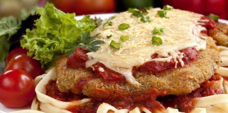 Šnicelis, užkeptas sūriu ir pomidorais