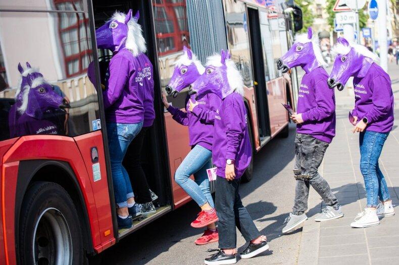 """""""Lietuvos draudimas"""" bando atkreipti dėmesį – gatves šturmavo violetiniai arkliai"""