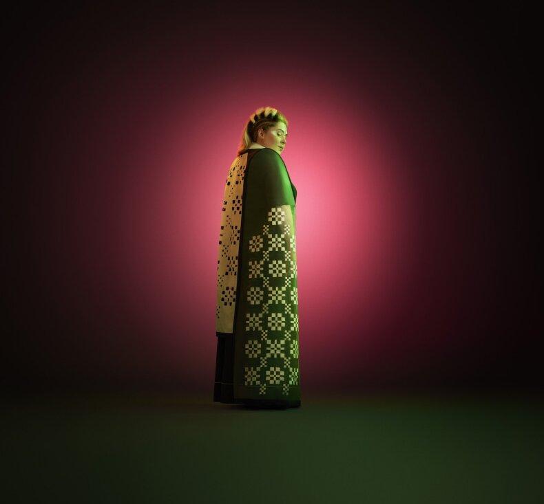 Dovilė Filmanavičiūtė pristato Vidos Strasevičiūtės (Upcycled by LT) kurtą kostiumą, įkvėpta muziejaus etnografinės ekspozicijos