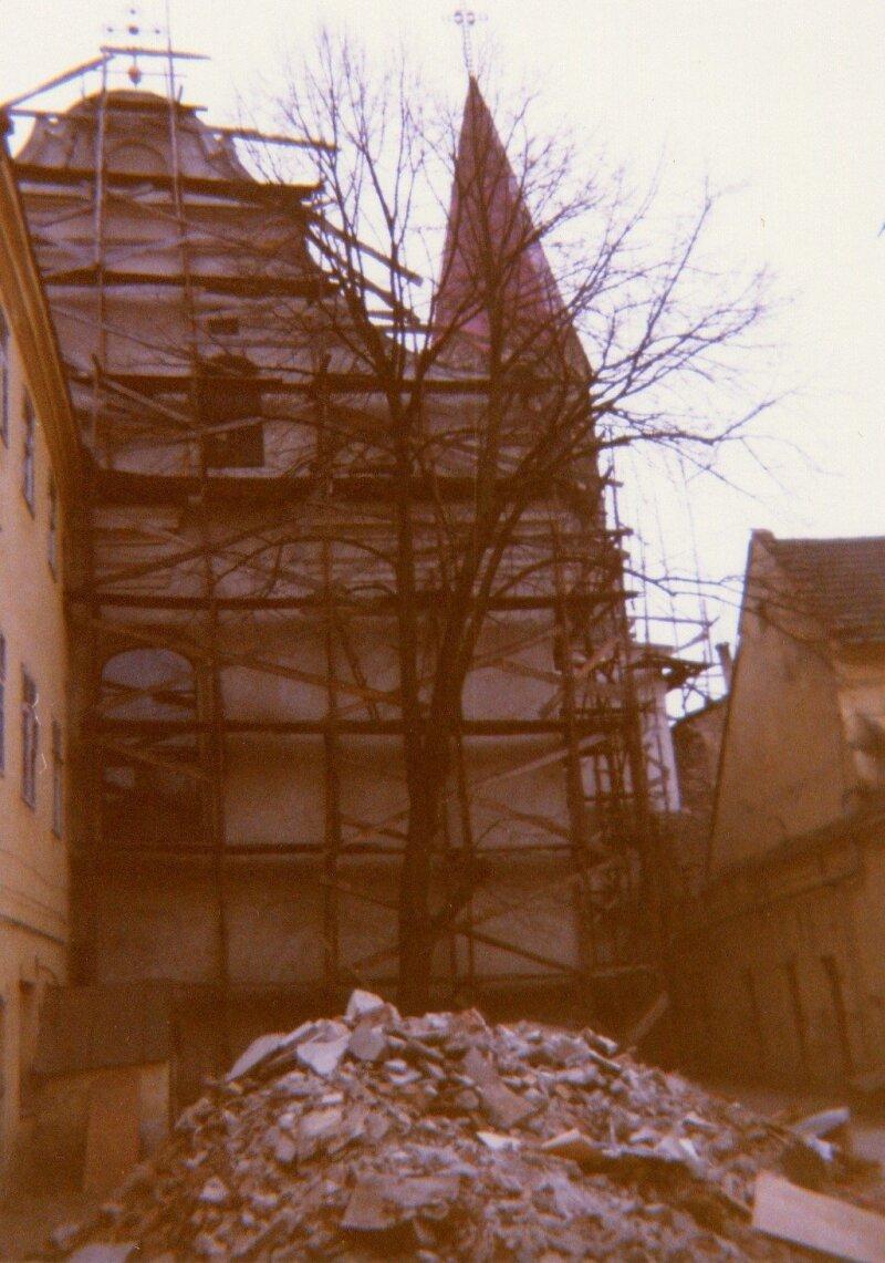 Restauravimui ruošiamą bažnyčią supa pastoliai, 1992 m.