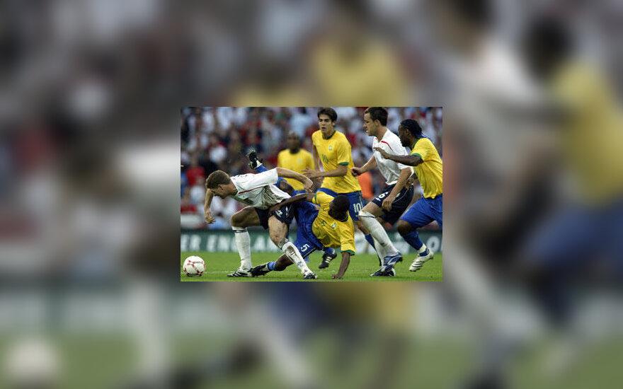 Anglijos - Brazilijos futbolo rinktinių dvikovos momentas