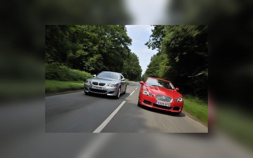 Jaguar XFR prieš BMW M5. carenthusiast.co.uk nuotr.
