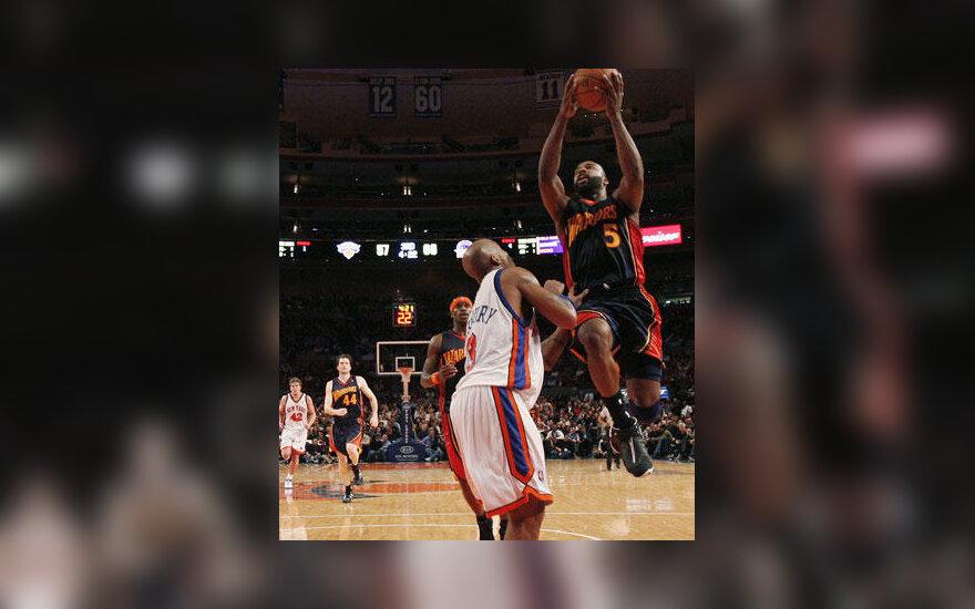"""Baronas Davisas (""""Golden State Warriors"""") atakuoja per Stephoną Marbury (""""Knicks"""")"""