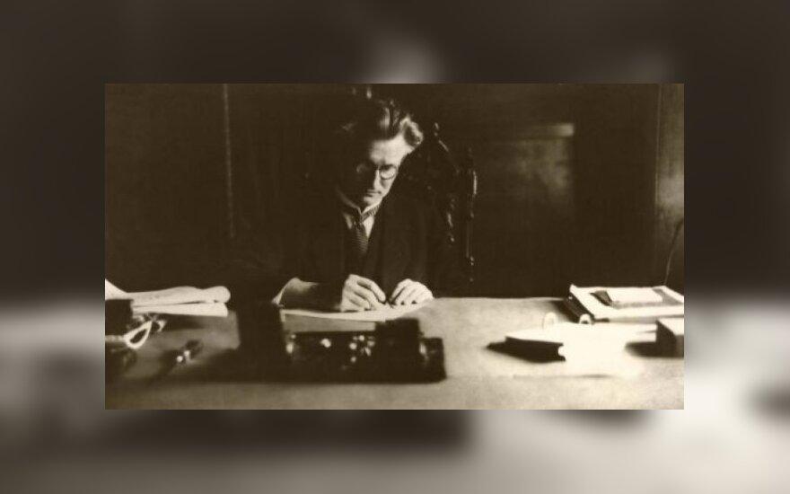 K. Grinius savo darbo kabinete prezidentūroje. Kaunas, 1926 m.