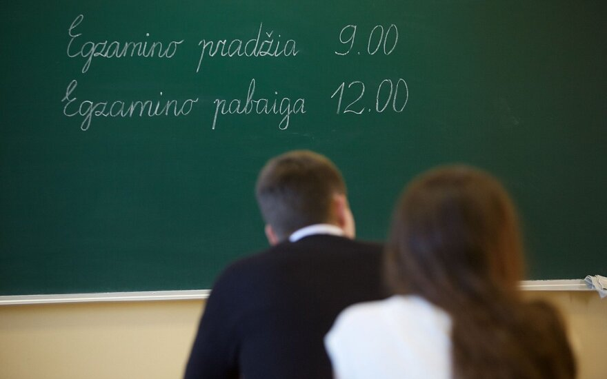 Why are Lithuanian 10th-graders' test scores plummeting and what can be done about it?