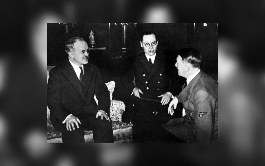 Viašeslavas Molotovas (kairėje) ir Adolfas Hitleris (dešinėje)