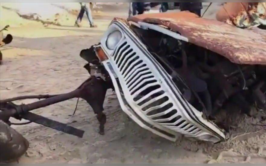 """40 metų po smėliu prie jūros išbuvusį """"Jeep Wagoneer"""" smarkiai paveikė drėgmė"""