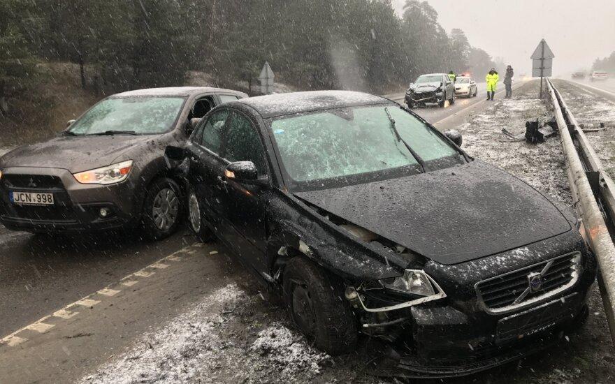 Avarija Vilniaus pakraštyje: nesėkmingai pareguliavo radiją – susidūrė trys automobiliai, sužalotas žmogus
