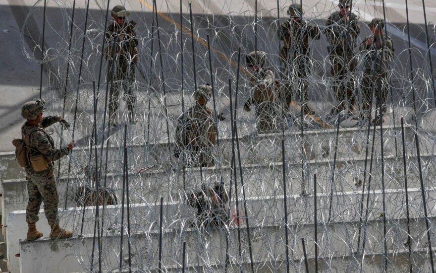 Trumpas skelbia siunčiantis ginkluotus karius į Meksikos pasienį