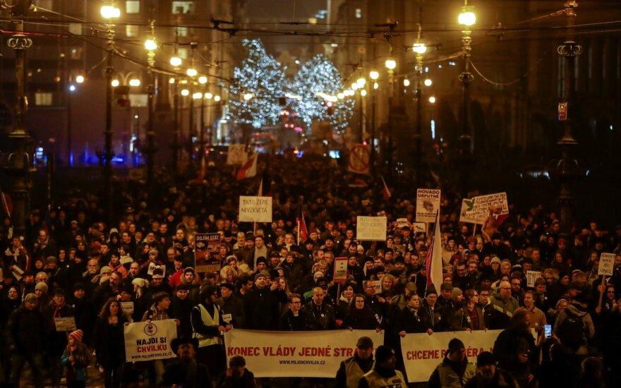 Prahoje tūkstančiai žmonių reikalavo premjero Babišo atsistatydinimo