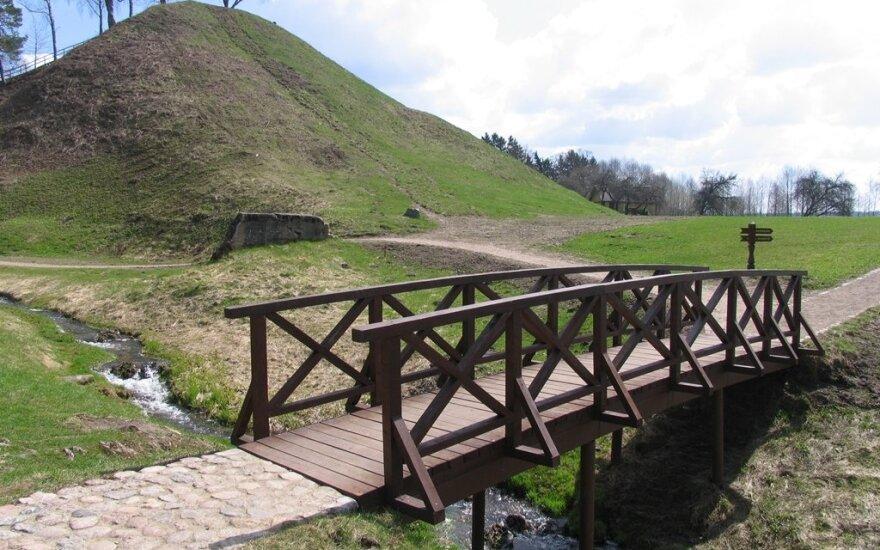 Lankytojų laukia atsinaujinęs Merkinės piliakalnis: grožėtis atsiveriančia unikalia panorama bus dar maloniau