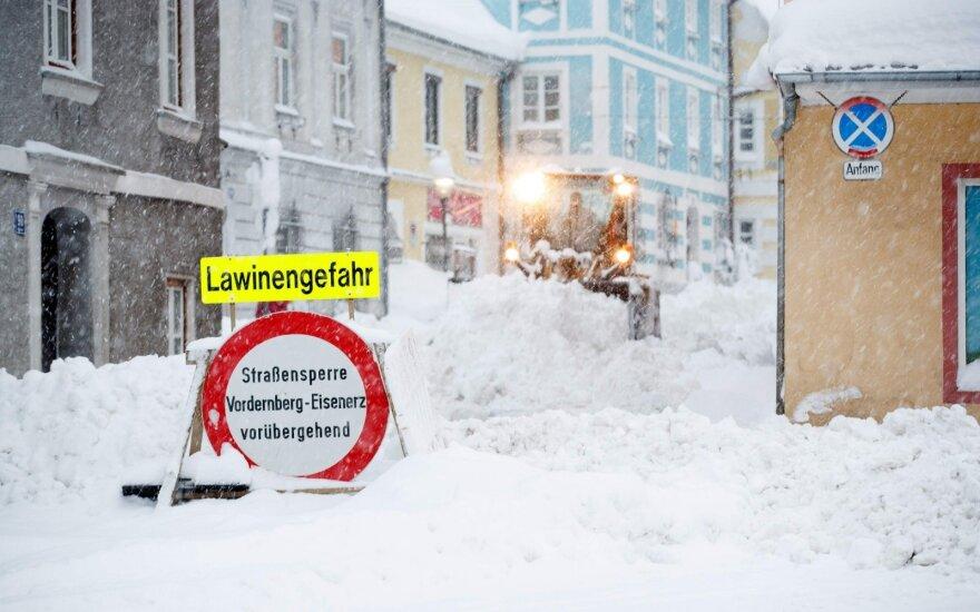 Europa užversta sniegu, kai kurios gyvenvietės visiškai atkirstos