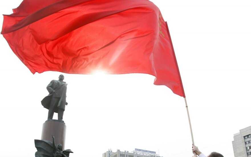 Vilnius police take down Soviet flags on Russia's Victory Day