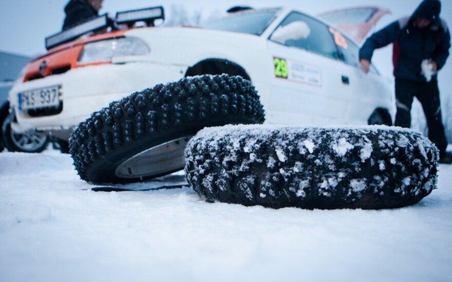 """Prasidėjo """"Žiemos ralis"""": ekipažų greitį koreguoja sniegas"""