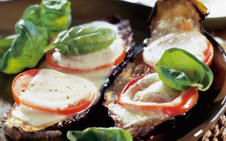 Baklažanai su pomidorais ir mocarelos sūriu