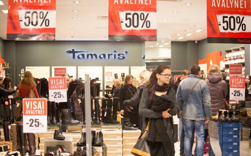 Išpardavimų kainas stebinti mergina: kai daugiausia žmonių, parduotuvėse veikt nėra ką