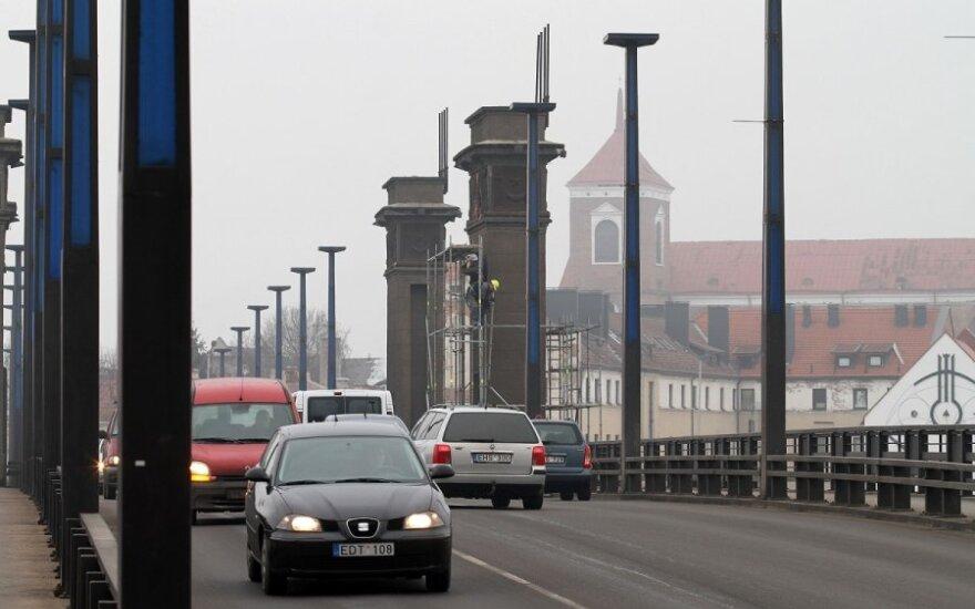 Nufilmavo, kaip Kaune demontuojami sovietiniai herbai