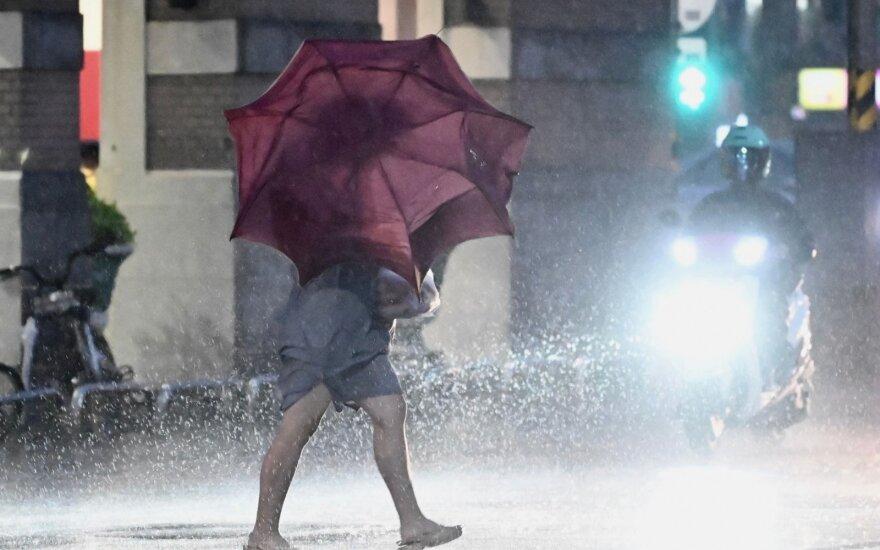 """Pietų Korėjoje taifūnas """"Mitag"""" pareikalavo keturių gyvybių, dar dviejų žmonių ieškoma"""