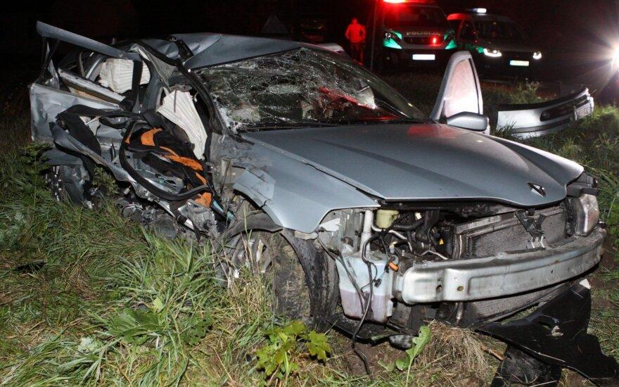 Avarija šalia Vilniaus: vienas vairuotojas pabėgo palikęs sužalotus keleivius ir automobilį