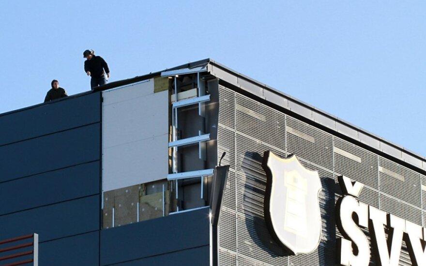 """Klaipėdoje siautėjęs uraganas nukėlė dalį """"Švyturio"""" arenos stogo"""